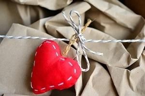 梱包材とハートの飾り
